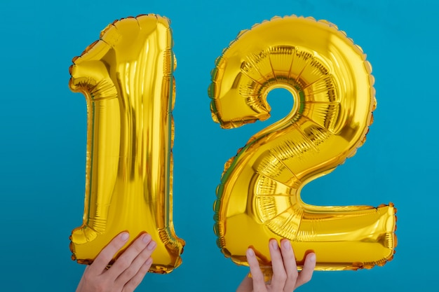 Balão de celebração de número 12 de folha de ouro