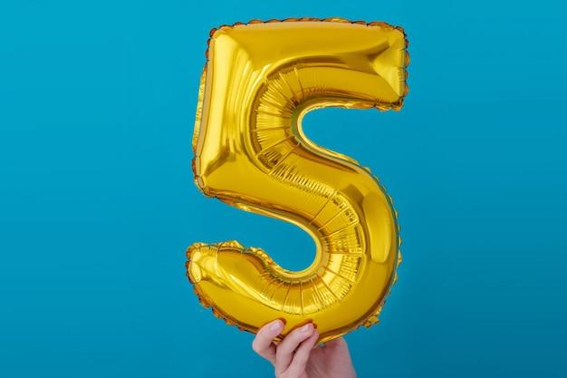 Balão de celebração de número 5 de folha de ouro
