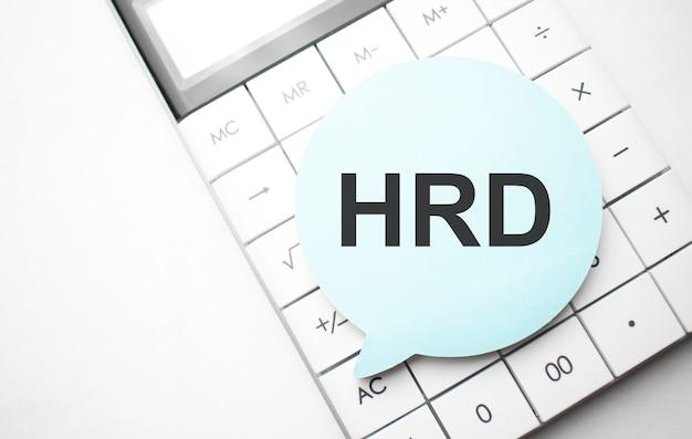 Balão de fala com texto hrd e calculadora em fundo branco