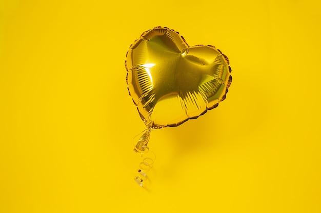 Balão de folha em forma de coração de ouro