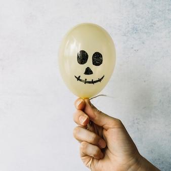 Balão de halloween com rosto pintado assustador