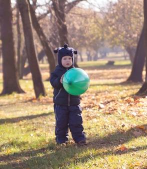Balão e menino pequeno