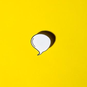 Balão em branco branco com sombra no fundo amarelo