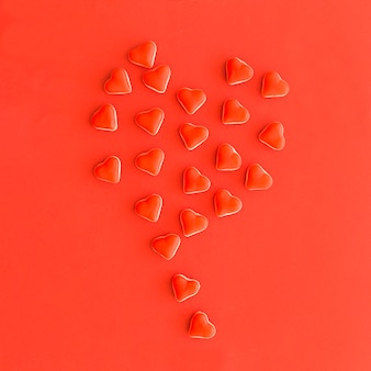 Balão feito de doces de forma de coração vermelho minúsculo