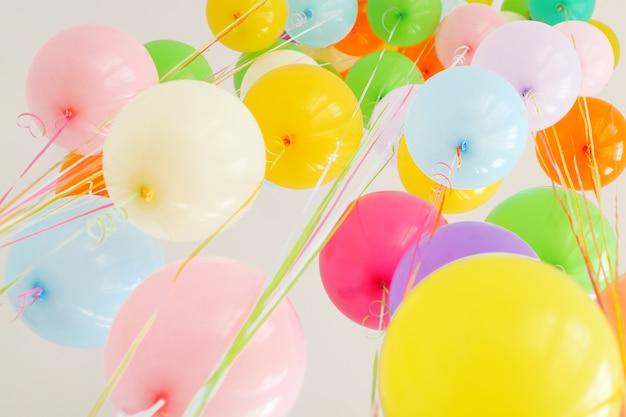 Balão muito hélio colorido voa