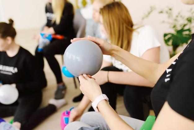 Balão na mão da garota que o infla.