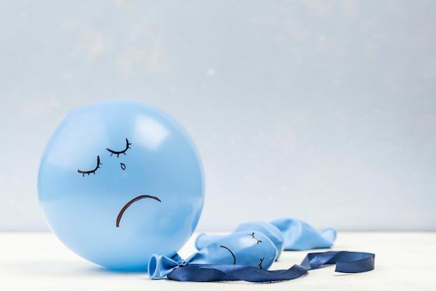 Balão triste com espaço de cópia para segunda-feira azul