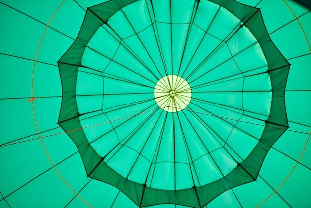 Balão verde de dentro com cordas