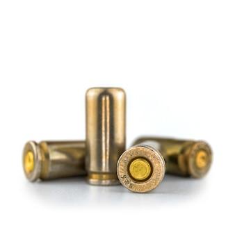 Balas de 9 mm isoladas em fundo branco, visão de perto, munição de arma