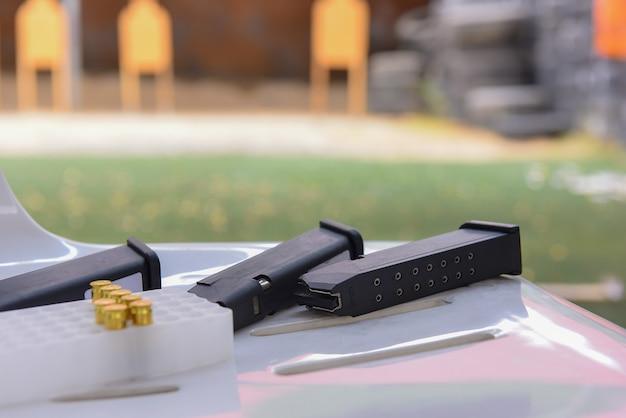 Balas de armas e revistas de tiro acessórios na mesa