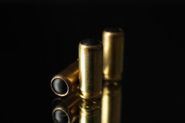 Balas de borracha no espelho. arma de defesa pessoal