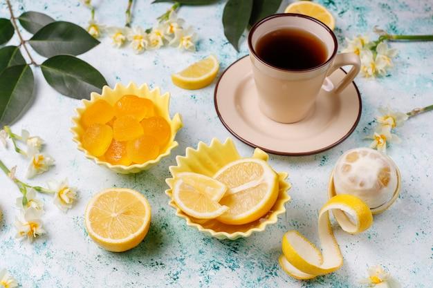 Balas de gelatina de limão com limões frescos, vista superior