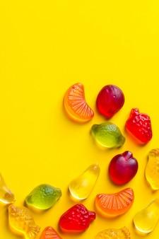 Balas de gelatina em forma de frutas diferentes