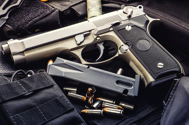 Balas de pistola e revista espalhadas na mesa de madeira