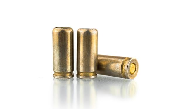 Balas de pistola isoladas em fundo branco, cartuchos de 9 mm para uma arma