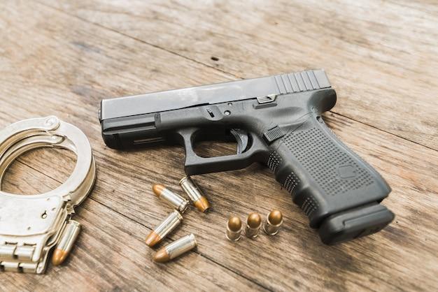 Balas de revólver na mesa de madeira