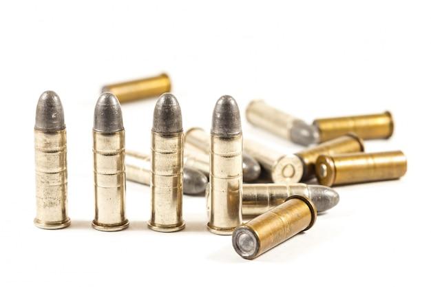Balas de revólver no fundo isolado