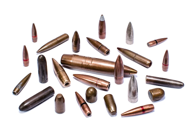 Balas de vários calibres em fundo branco
