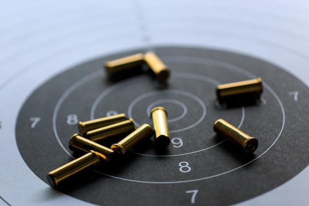 Balas no alvo de papel para prática de tiro