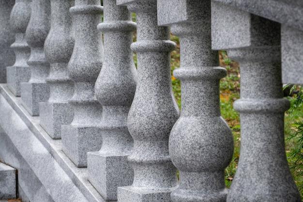 Balaustrada de pedra cinza. escadas externas