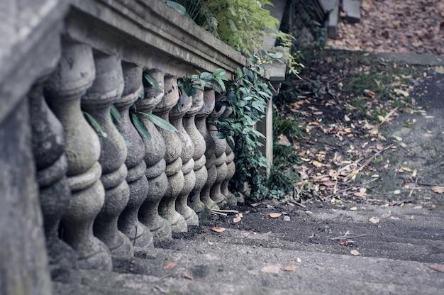 Balaústres feitos de pedra na velha escadaria histórica.