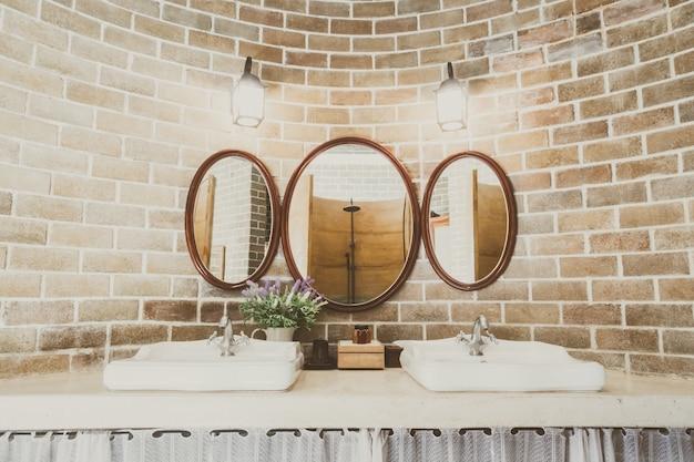 Balcão branco da torneira casa do vintage