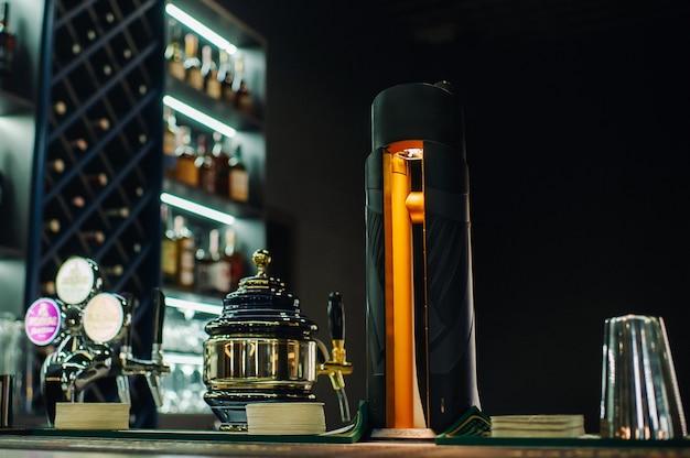 Balcão de bar com chope em cervejaria.