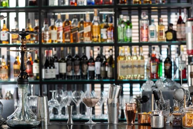 Balcão de bar com equipamento de barman e narguilé