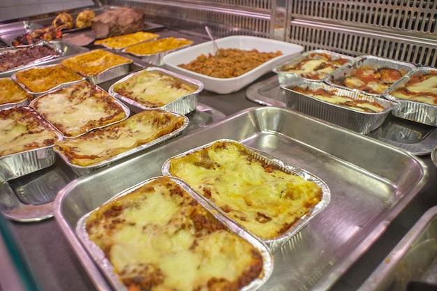 Balcão de churrasco com pratos prontos para serem comprados e exportados