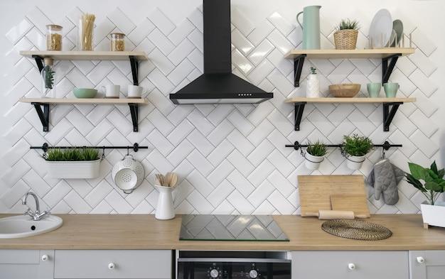 Balcão de cozinha de madeira com prateleiras de madeira