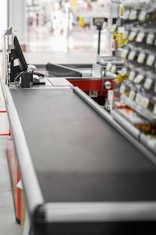 Balcão de dinheiro vazio com borda de maneira fechada no supermercado.