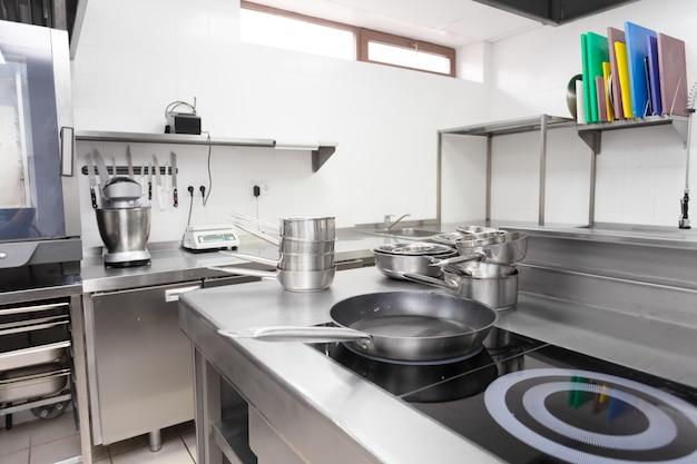 Balcão de fogão em uma cozinha de restaurante moderno