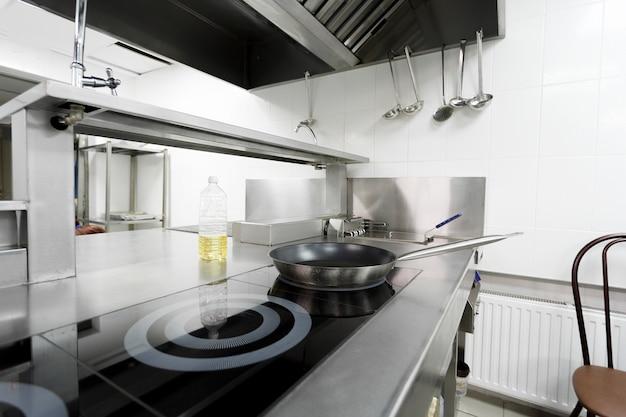 Balcão de fogão em uma moderna cozinha de restaurante