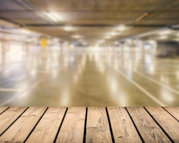 Balcão de madeira com fundo de estacionamento