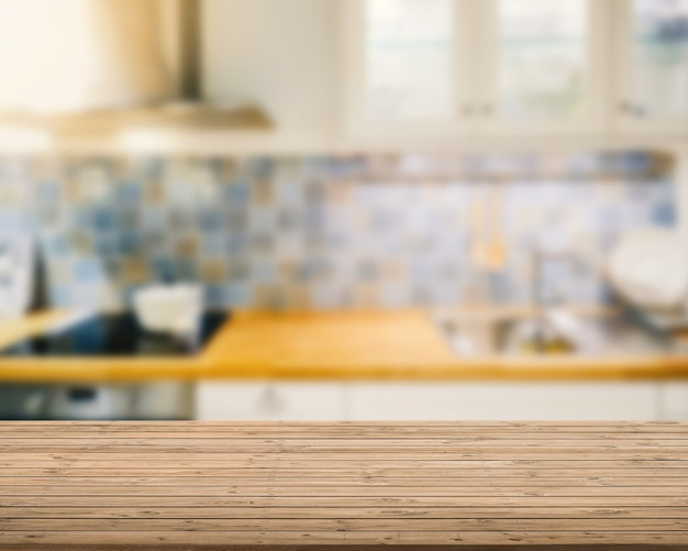 Balcão de madeira com fundo desfocado de cozinha
