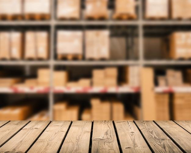 Balcão de madeira com fundo desfocado do armazém