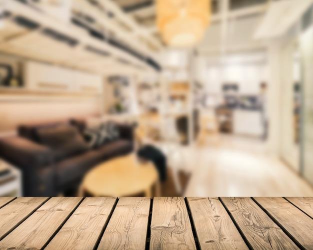 Balcão de madeira com fundo desfocado na sala de estar