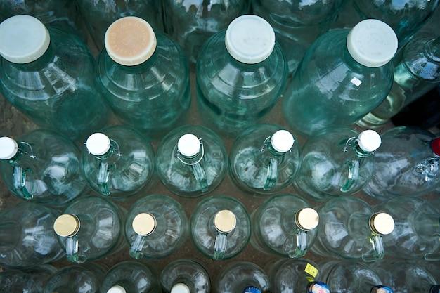 Balcão de rua para recepção e venda de garrafas de vidro.