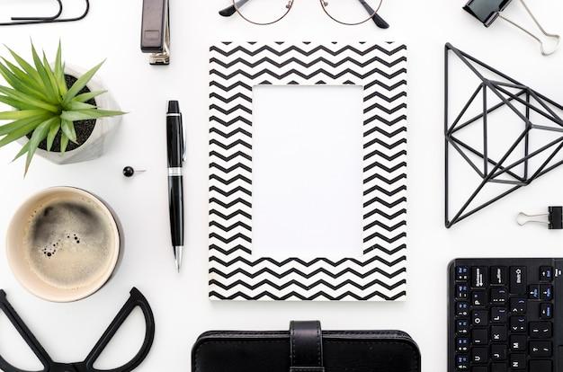 Balcão de visão superior com material de escritório