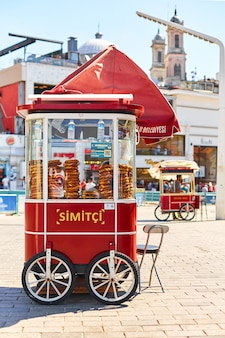 Balcão móvel de rua simit com bagels na turquia