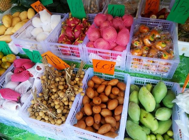 Balcões de frutas na seção de mercearia do supermercado