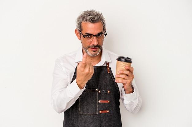 Balconista de meia-idade segurando um café take away isolado no fundo branco, apontando com o dedo para você como se fosse um convite para se aproximar.