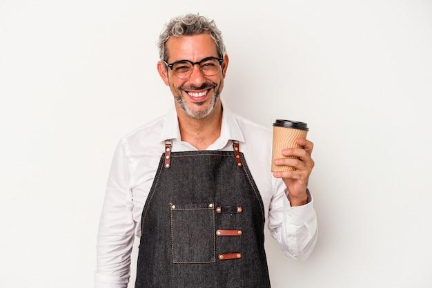 Balconista de meia idade segurando um café take away isolado no fundo branco feliz, sorridente e alegre.
