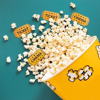 Balde cheio de pipoca e ingressos de cinema