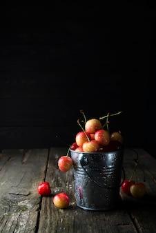 Balde com cerejas frescas