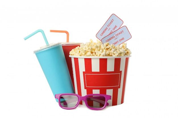 Balde com pipoca e bilhetes, bebidas e óculos 3d isolados no branco