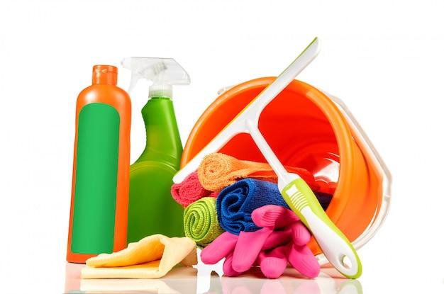 Balde com produtos de limpeza e ferramentas