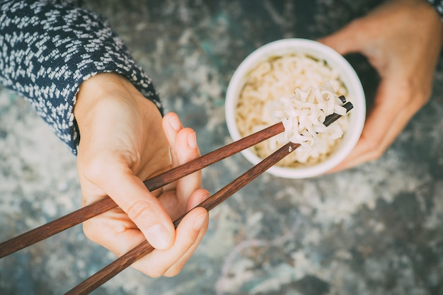 Balde de comida de rua asiática