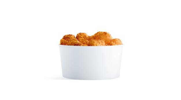 Balde de comida pequena branco em branco com asas de frango isolado