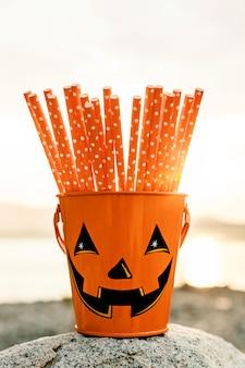 Balde de halloween festivo com canudos para decoração